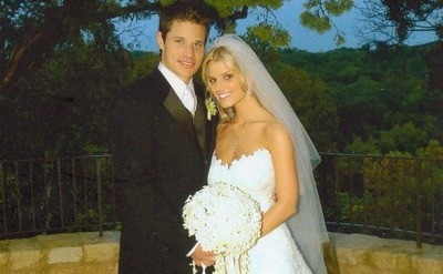 The newlyweds Jessica Simpson and Nick Lachey are posing for the camera after tiding the knot.