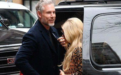 Jessica Simpson and Eric Johnson are entering the car.